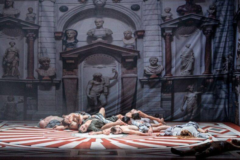 Zdjęcie ze spektaklu KASPAR HAUSER, na tle scenografii-pałacu leżą aktorzy, fot. P, Nykowski