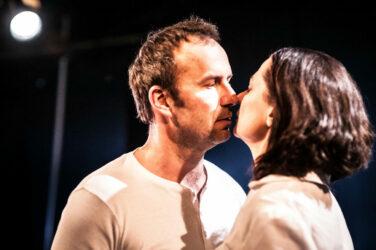 """Zdjęcie ze spektaklu """"Pocałunek"""", na zdjęciu Konrad Pawicki i Magdalena Myszkiewicz"""
