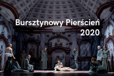 Grafika z hasłem Bursztynowy Pierścień 2020 na tle sceny ze spektaklu Kaspar Hauser