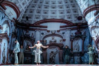 """Zdjęcie ze spektaklu """"Kaspar Hauser"""", na tle scenografii pałacu aktorzy, fot. Piotr Nykowski"""