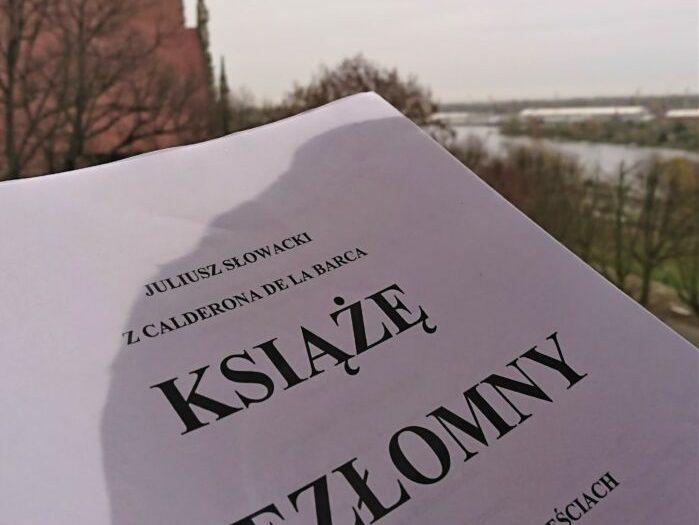 Zdjęcie scenariusza KSIĘCIA NIEZŁOMNEGO na tle widoku na rzekę Odrę